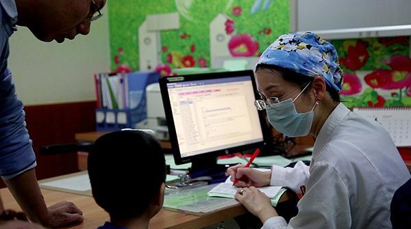 北京儿科医生最怕家长闹,不吃不喝也接诊不完