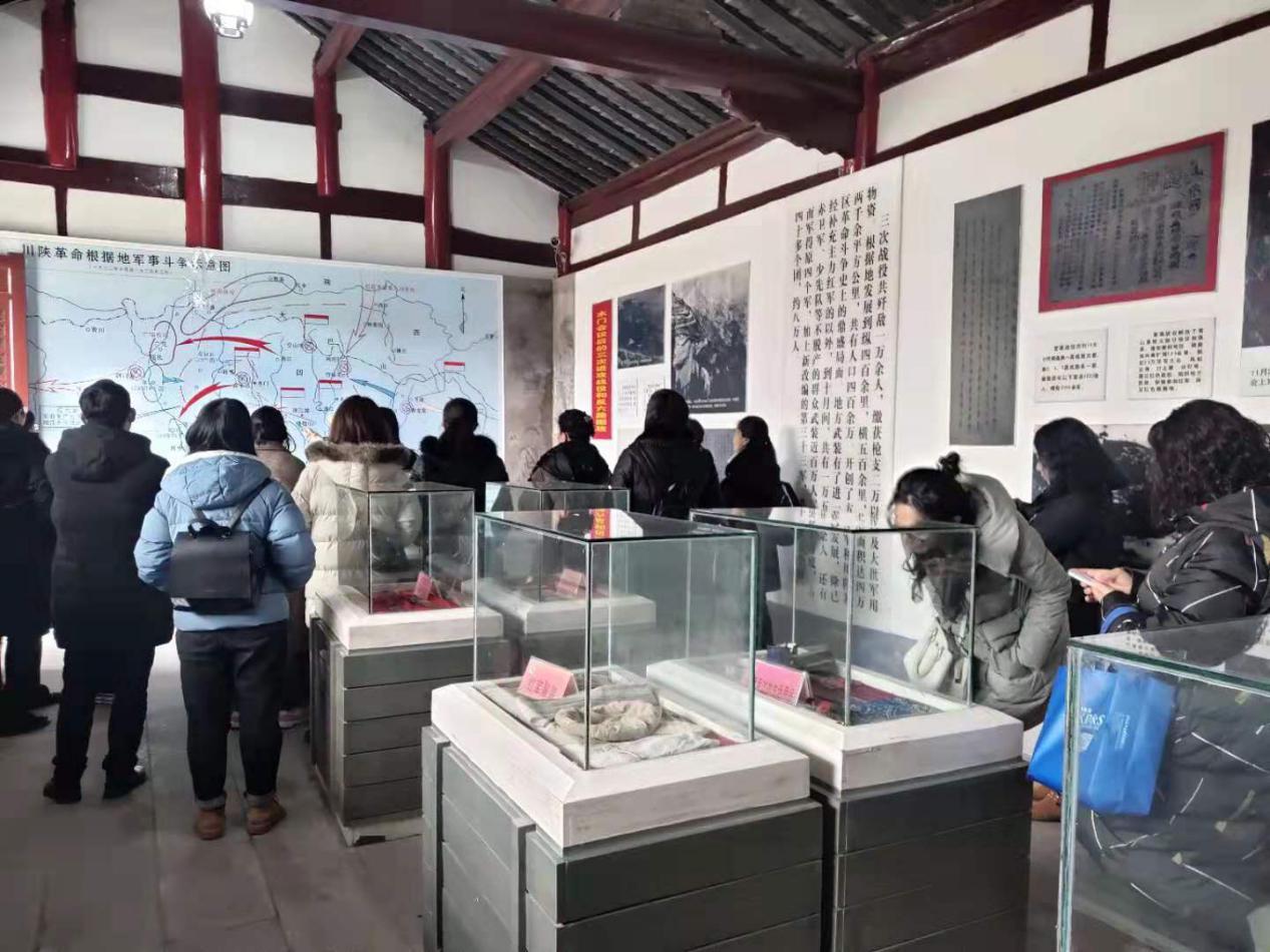 旺苍:三八妇女节期间 木门会议会址纪念馆女性游客多