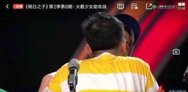 《明日之子》直播出现问题,李宇春被强吻