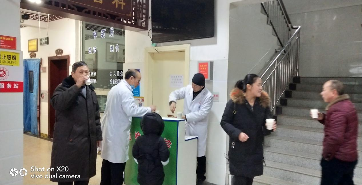 朝天曾家中心卫生院:积极预防冬季流感,中药汤剂免费发放暖人心