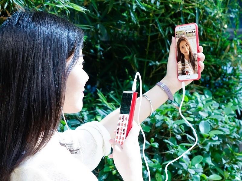 户外直播街头采访 客所思FX5青春版手机K歌声卡推荐