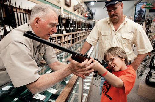 美国一四岁男童误将手枪当玩具,失手射杀自己堂妹