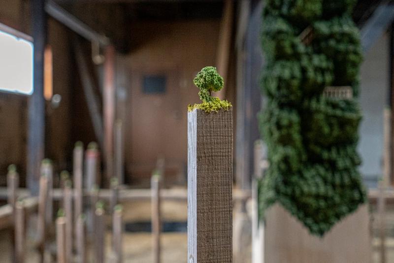 """田中圭介作品""""Utopia Dungeon""""的一部分,他在木桩上雕刻出了小树"""