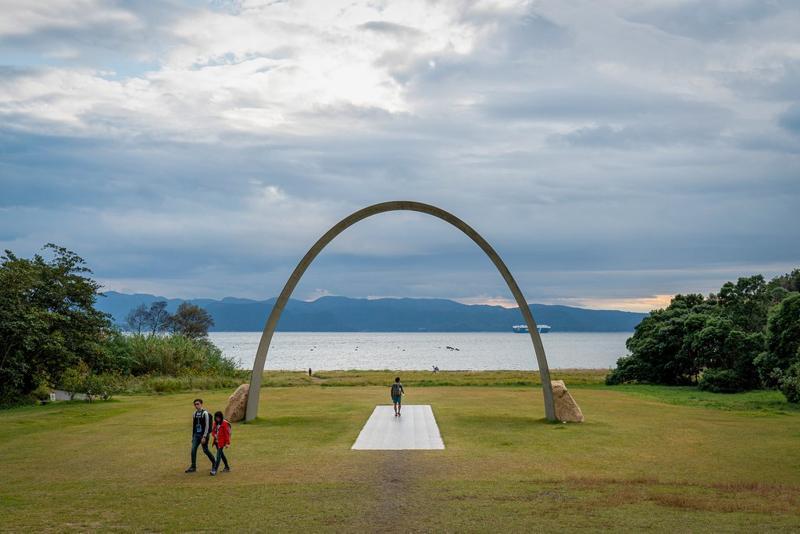 李禹焕美术馆外通往海边的雕塑,这座美术馆是李禹焕和建筑师安藤忠雄合作作品