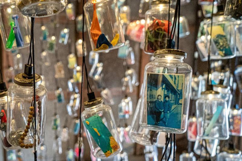 """栗真由美的作品""""记忆之瓶"""",用玻璃瓶盛着褪色的照片和男木岛上岛民的纪念品"""