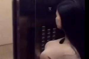 电梯间里面的爆乳美女