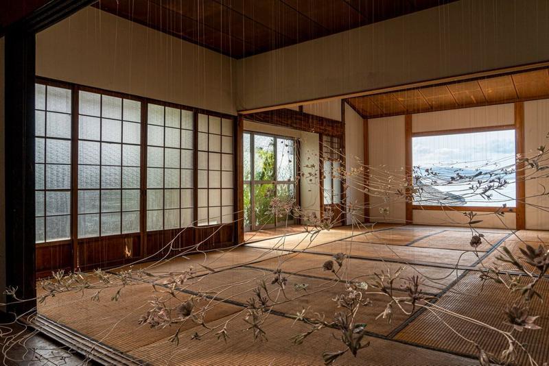 """三年展期间,许多艺术品的展示都建立在现有环境的基础上,例如高桥治希的""""Sea Vine: On the Shoreline"""""""